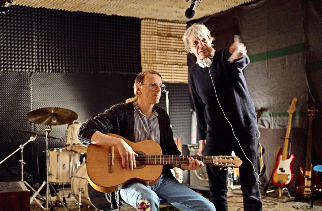 """Der Filmregissuer Andreas Dresen (rechts) mit seinem Hauptdarsteller Alexnader Scheer am Set von """"Gundermann"""" Foto: Verleih"""