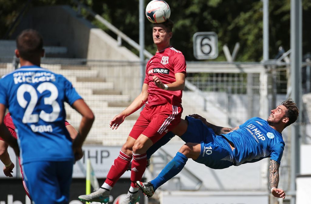 Cristian Giles setzt zum Fallrückzieher an: Wegen leichten Leistenproblemen könnte der Kickers-Stürmer im WFV-Pokal eine Pause bekommen. Foto: Baumann