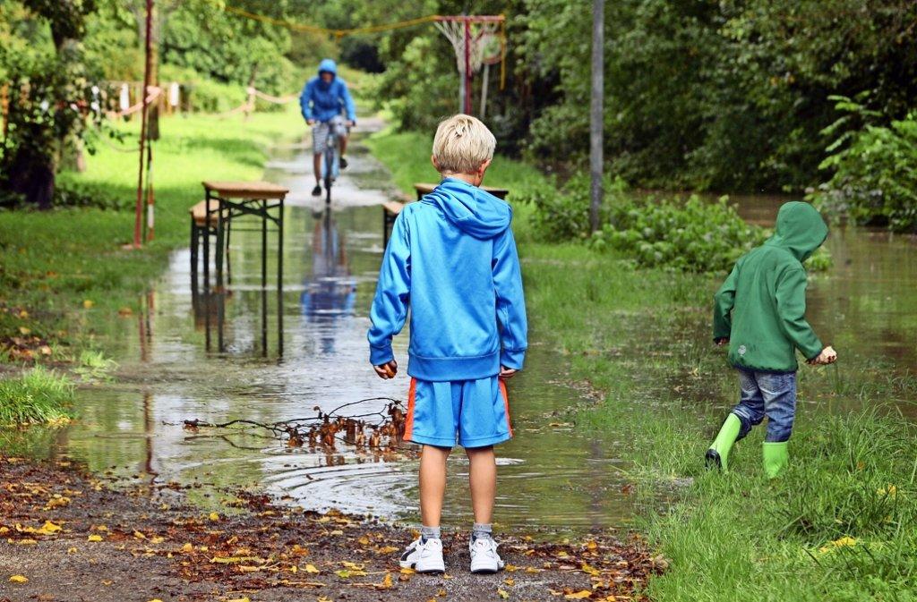 Die unbefestigten Wege rund um den Reitplatz stehen 2014 nach heftigen Regenfällen unter  Wasser: Der Igellauf des RSC Renningen wird abgesagt. Foto: Andreas Gorr