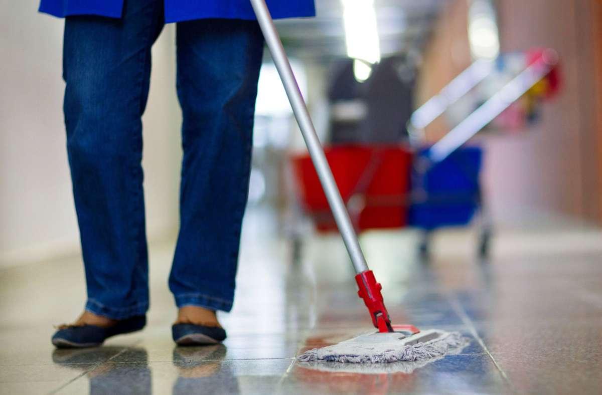 Reinigungsarbeiten werden zumeist nicht von Klinik-Angestellten übernommen. Foto: picture alliance / Jens Büttner