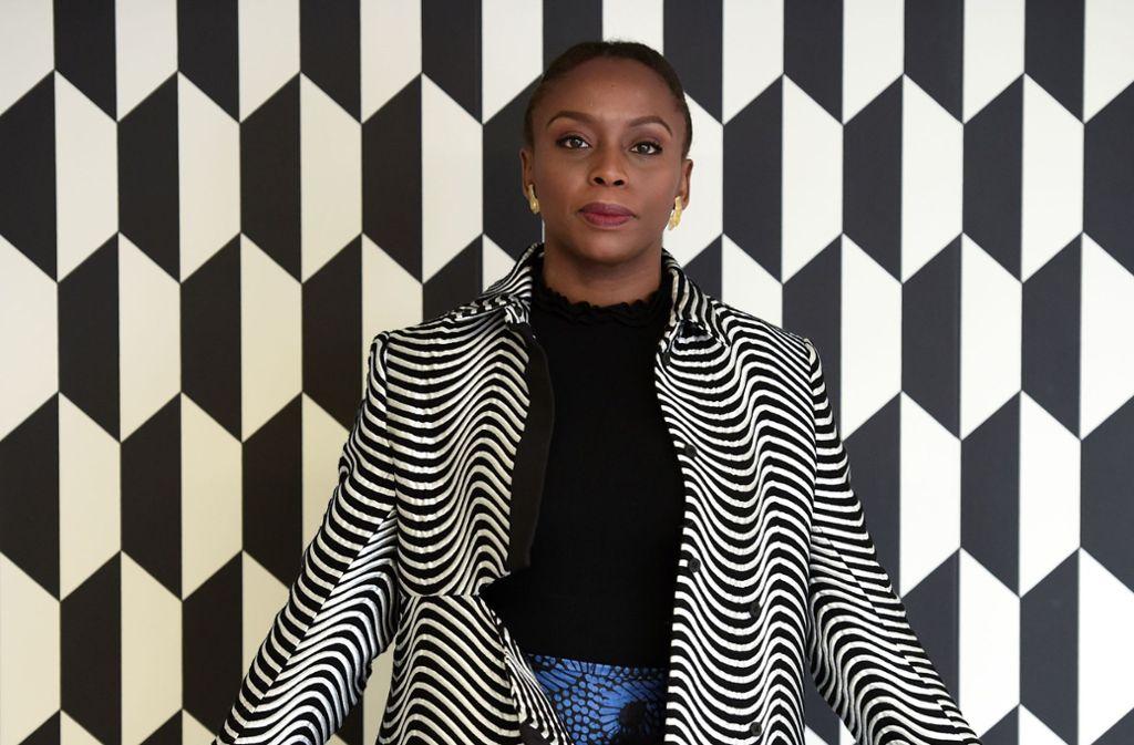 """Chimamanda Ngozi Adichie: Americanah """"Americanah"""" heißen jene, die aus den USA nach Afrika zurückkommen. Die  nigerianische Autorin Chimamanda Ngozi Adichie macht aus den blinden  Flecken des globalisierten Bewusstseins ein Meisterwerk der  postnationalen Weltliteratur. Mit  entwaffnender Wucht beschreibt sie, wie es ist, als gebildete, selbstbewusste Nigerianerin in die USA zu gehen und sich selbst zum ersten Mal als schwarz wahrzunehmen.  Dem Rassismus entkommt man nicht, auch nicht in  aufgeklärten weißen Ostküstenkreisen, die sich zugute halten, Obama gewählt zu haben. Dafür findet sich """"Americanah"""" auf der Liste mit  Lieblingstiteln, die der frühere US-Präsident nach seiner Amtszeit veröffentlicht hat.  Foto: AFP"""