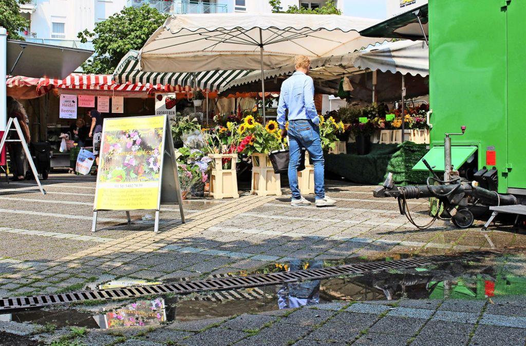 Wenn es geregnet hat, sieht man die Stolperfallen am Marktplatz  gut. Foto: Caroline Holowiecki