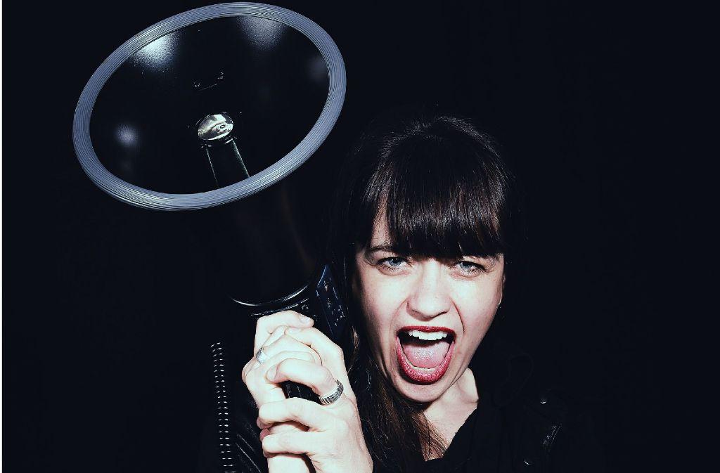 """Frau mit Lautsprecher: Sally Grayson alias Black Swift hat mit """"See Me Human"""" ein starkes Album vorgelegt. Ein paar weitere Bilder zeigt die Fotostrecke. Foto: Lingenfelder"""