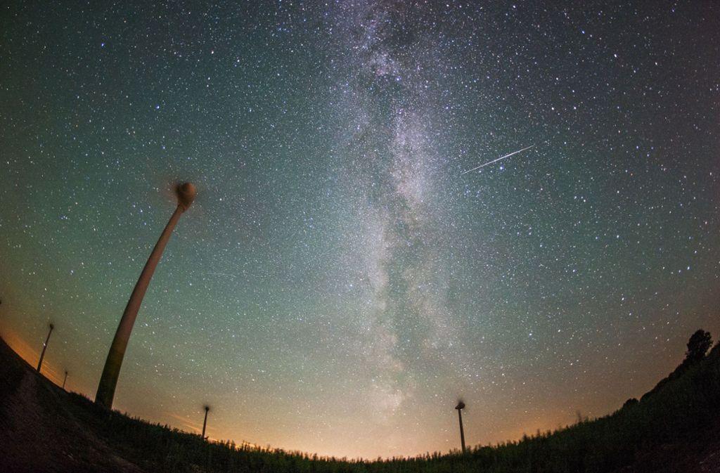 Zahlreiche Sternschnuppen könnten am Wochenende am Himmel zu beobachten sein. (Archivbild) Foto: dpa/Daniel Reinhardt