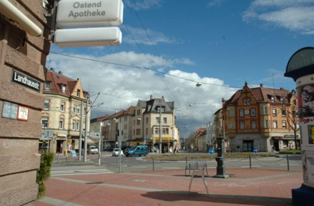 Am Ostendplatz kreuzen sich Haußmann-, Landhaus- und Ostendstraße, außerdem fährt die Stadtbahnlinie U4 mitten über den Kreisel. Der Scheibenwirt rechts im Hintergrund ist eine Institution. Foto: Jürgen Brand