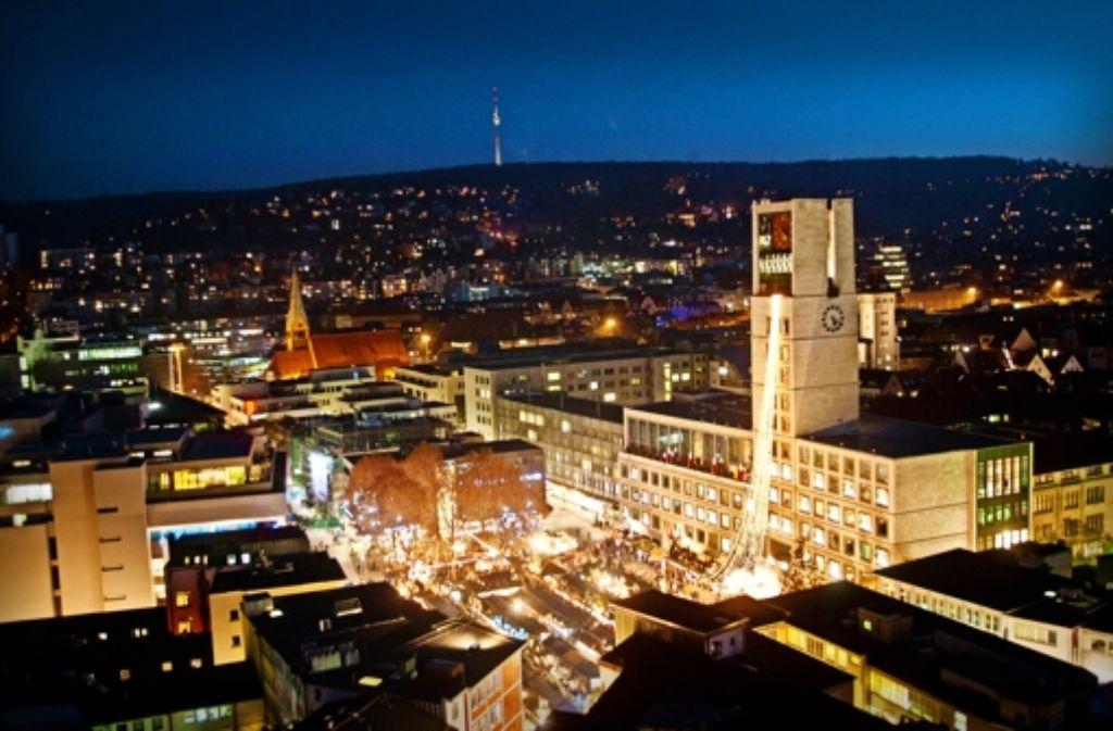 Mindestens drei Jahre lang wird es noch die EnBW sein, die das Stuttgarter Rathaus zum Leuchten bringt. Das hat der Gemeinderat jetzt entschieden. Foto: Achim Zweygarth