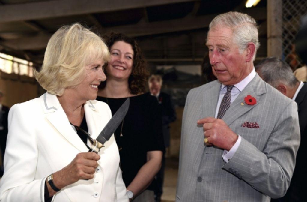 """Ist dieser Angriff Camillas auf Charles ein Fall für den Secret Service? Nicht nur bei der """"Messerattacke"""" hatte das Thronfolgerpaar in Down Under seinen Spaß, wie unsere Bildergalerie zeigt. Foto: Getty POOL"""