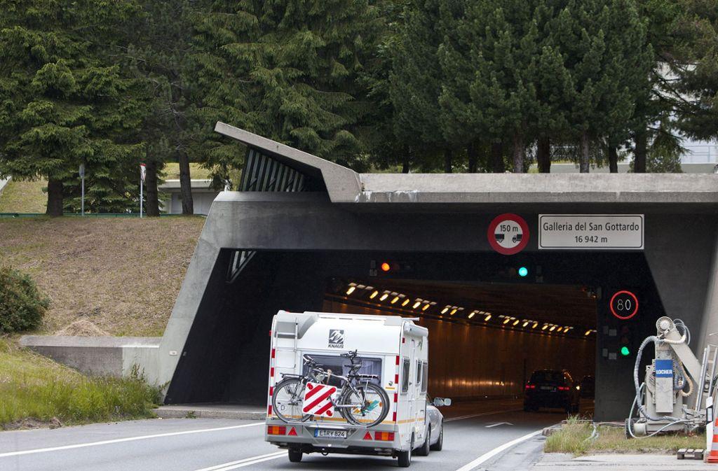 Der Verurteilte soll im Sommer 2014 durch den Gotthardtunnel gerast sein und dabei mehrere Autofahrer gefährdet haben. Foto: Keystone