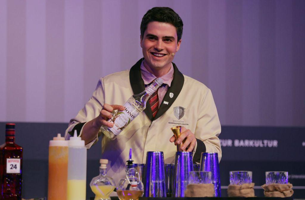 Paul Thompson überzeugte bei der Deutschen Cocktail Meisterschaft mit seinem Drink und seiner Bühnenshow. Foto: dpa