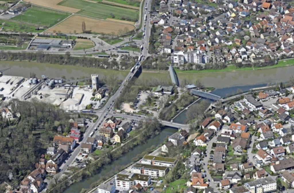 Die neue Brücke soll einige hundert Meter  links  neben der bisherigen Querung über den Neckar führen –  etwa auf Höhe des  Kieswerks. Foto: Kuhnle/Archiv