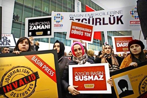 Tausende  demonstrieren vor dem Zaman-Verlagsgebäude für  Pressefreiheit. Foto: