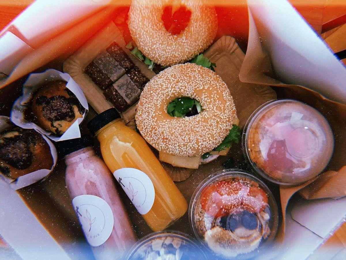 Bei diesen Boxen bekommen wir direkt Bock auf Brunch! Das neue Café Kaleya legt dabei besonderen Wert auf frische Zutaten. Foto: Tanja Simoncev