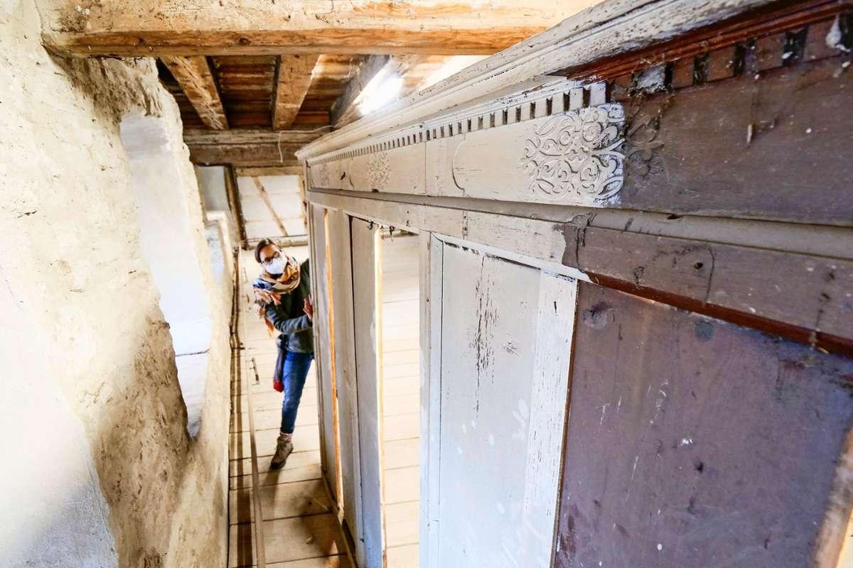 Dieses Holzpaneel  hatte ein Bürger vor dem Ausverkauf des Herrenberger Stadtmuseums gerettet. Die Historiker rätseln, was es sein könnte. Foto: Simon Granville