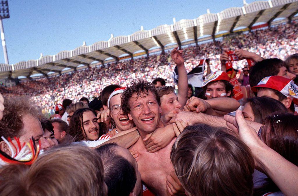 Guido Buchwald nach dem Abpfiff in Leverkusen, zuvor hatte er das Siegtor erzielt, umringt von den Fans des VfB. Foto: imago//werek