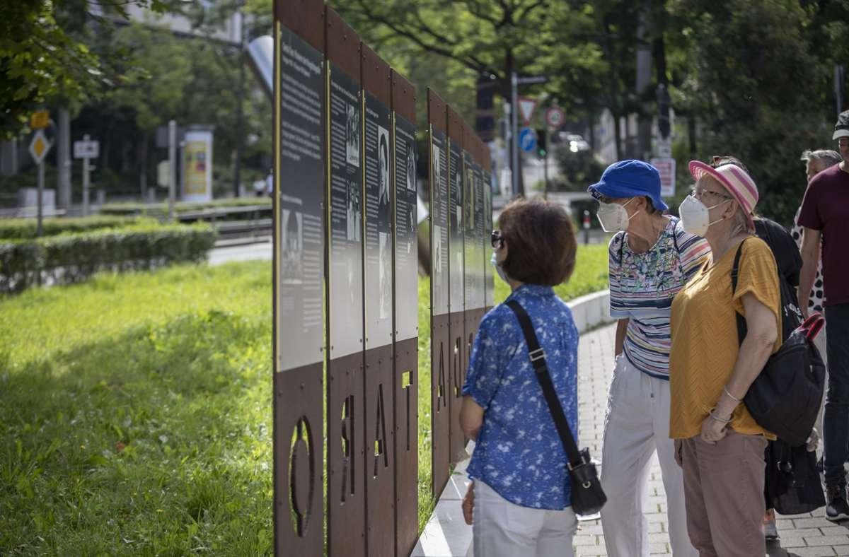 Die Teilnehmerinnen lesen, was auf den Infotafeln am Gerda-Taro-Platz steht. Foto: Lg/Julian Rettig