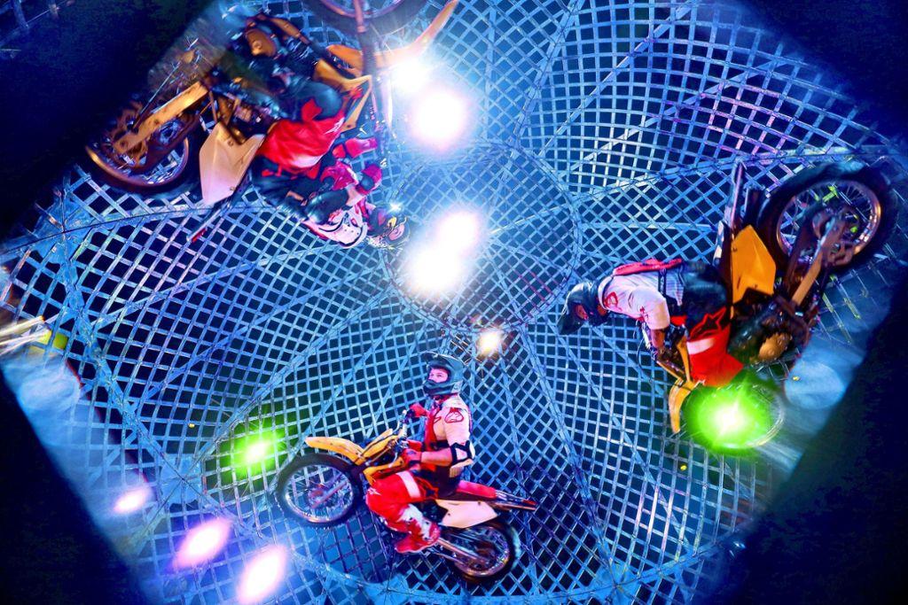 Bis zu fünf Artisten gleichzeitig fahren beim Zirkus Knie in einer Eisenkugel, die 4,4 Meter Durchmesser misst. Foto: factum/Simon Granville