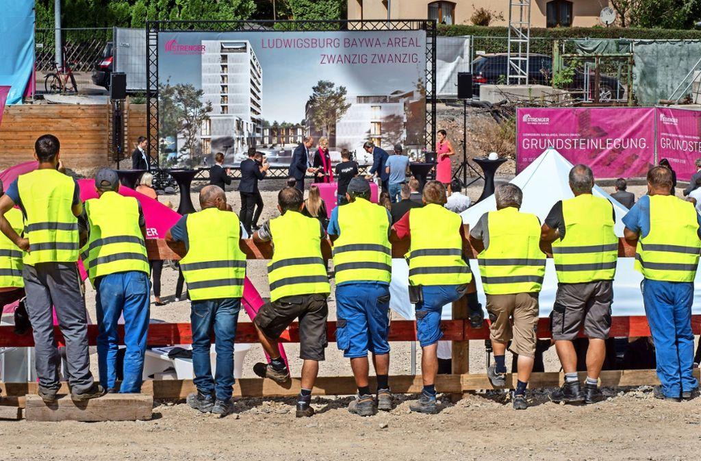 Eine willkommene Abwechslung  für die Bauarbeiter:  Während der offiziellen Grundsteinlegung auf dem Baywa-Areal durften sie sich  eine Pause gönnen und einfach nur den Festakt bestaunen. Foto: factum/Weise