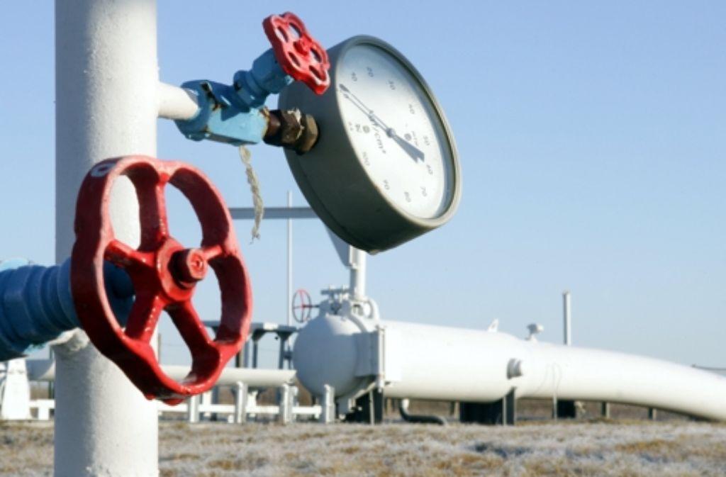Die  deutsche Wirtschaft befürchtet, dass Moskau auf Sanktionen mit einem Stopp von Gaslieferungen antworten könnte. Das Gas kommt durch die Ukraine – im Bild eine Pipeline nahe Kiew – nach Westeuropa Foto: AFP