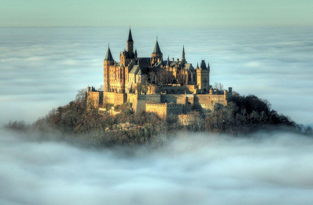 Die Burg Hohenzollern bei Hechingen (Baden-Württemberg) inmitten einer Inversionswetterlage im dichten Wolkenmeer. Foto: dpa