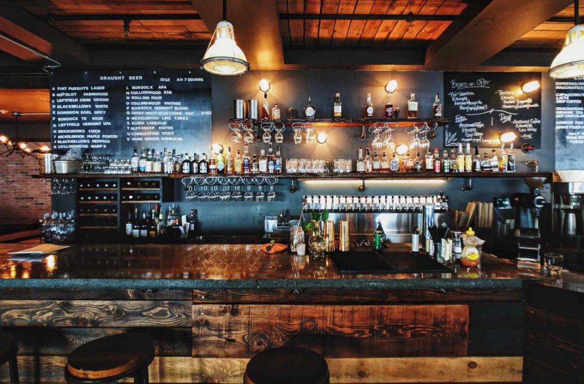 Ob fürs Feierabendbier oder ausgezeichnete Cocktails - in Stuttgart gibt es für jeden Geschmack die passende Bar. Wir verraten euch unsere Lieblingsspots. Foto: Unsplash/Patrick Tomasso