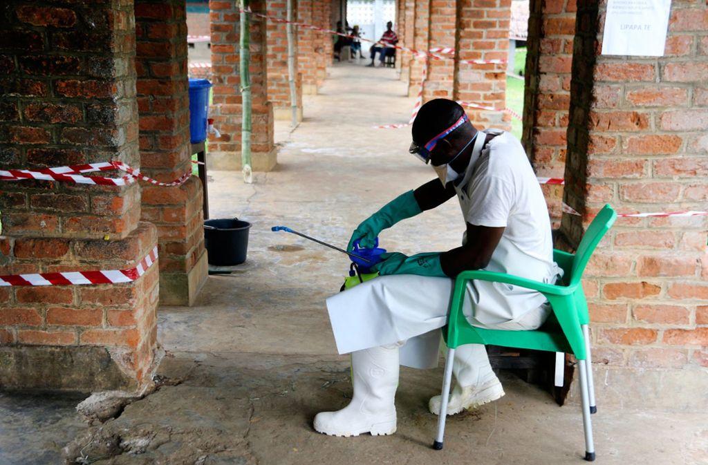 Ein Mitarbeiter des Gesundheitswesens trägt in einem Behandlungszentrum in Bikoro im Kongo eine Schutzausrüstung gegen Viren. Foto: AP