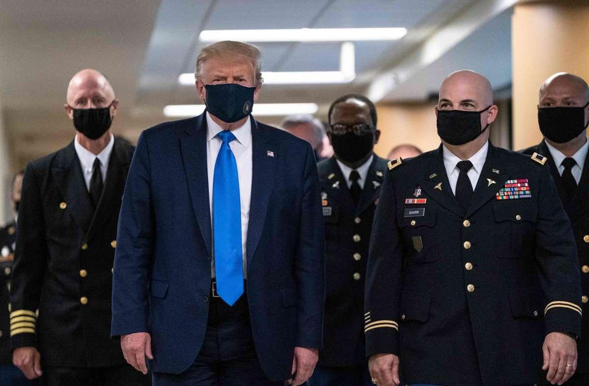 Der US-Präsident Donald Trump hat beim Besuch eines Militärkrankenhauses eine Maske getragen. Foto: AFP/ALEX EDELMAN