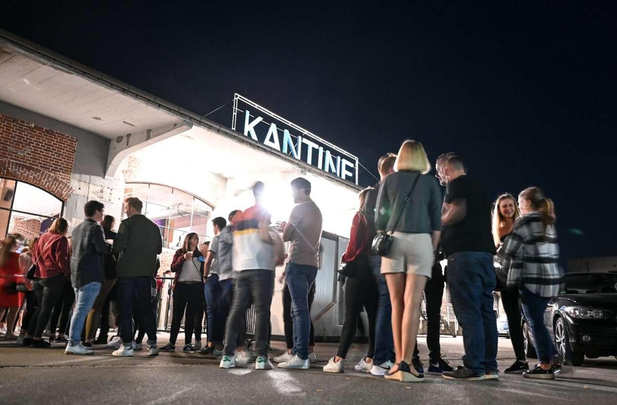Dutzende Menschen warten vor dem Club Kantine, um nach einem Corona-Test in den Club zu dürfen Foto: dpa/Felix Kästle