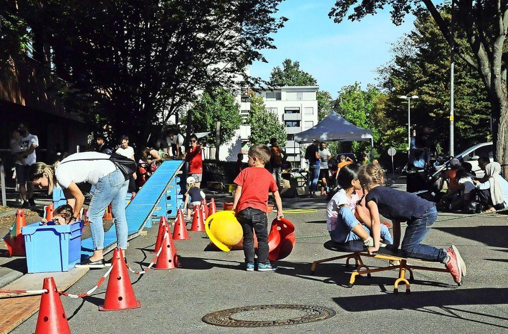 Die Mittenfeldstraße wurde von den Kindern in Beschlag genommen. Foto: Georg Linsenmann