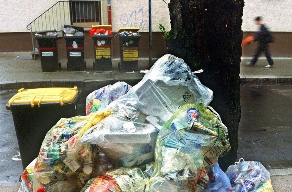 Volle gelbe Säcke und Tonnen am Straßenrand Foto: dpa/ Thorsten Lang