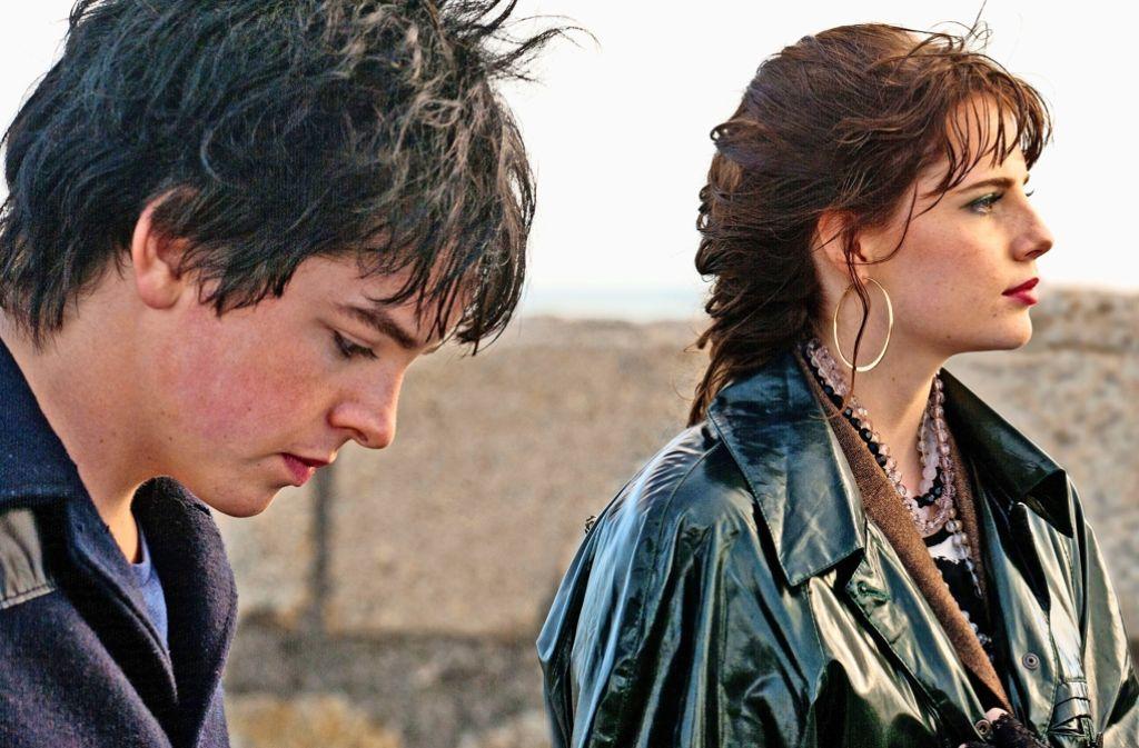 Conor (Ferdia Walsh-Peelo) gründet für Raphina (Lucy Boynton) eine Band. Foto: Studiocanal