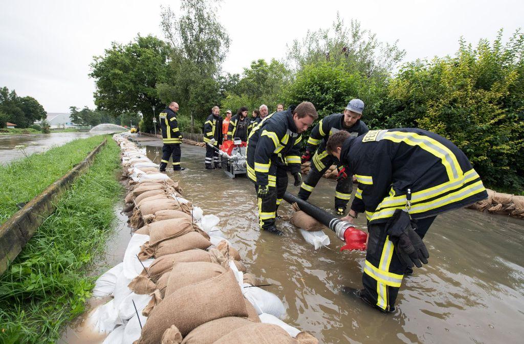 Feuerwehr und Einsatzkräfte unternehmen alles, um das Wasser aufzuhalten. Foto: dpa