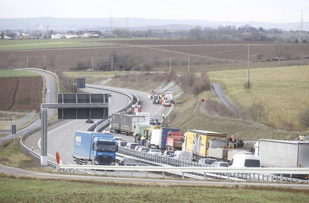Die Bundesstraße musste für die Rettung gesperrt werden.  Foto: 7aktuell.de/Simon Adomat
