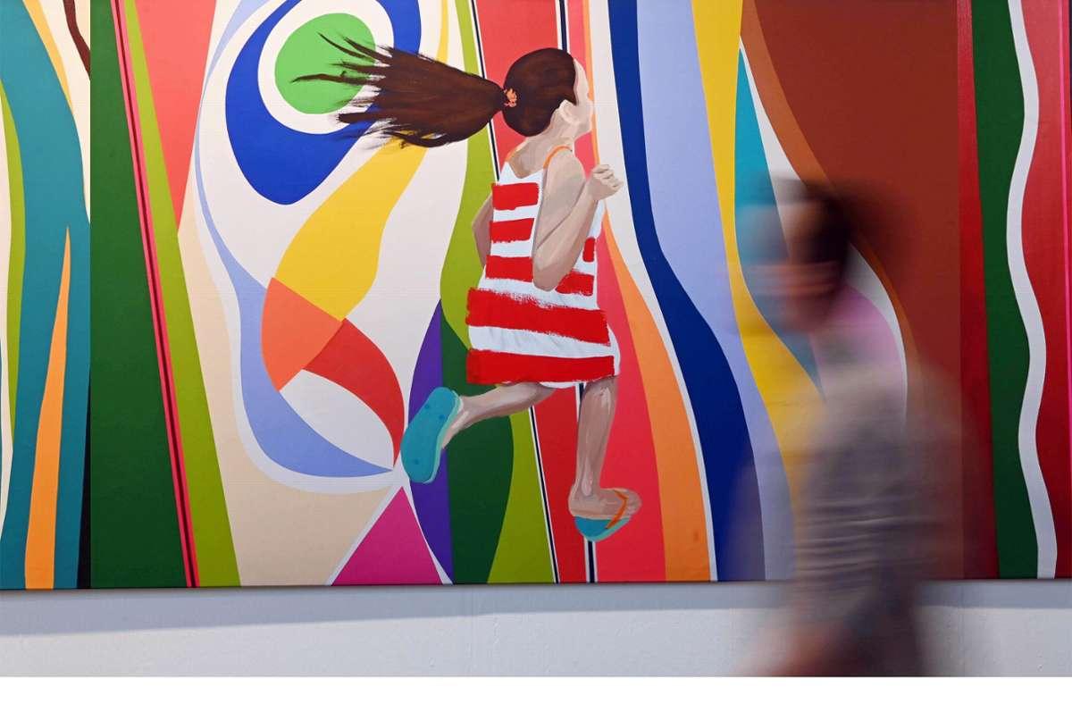 """Auf der Art Karlsruhe gibt es jedes Jahr viel bunte Kunst zu sehen, wie etwa das Werk """"Family walking into stripes"""" von Bel Borba. 2021 fällt der Kunst-Treff aber aus. Foto: dpa/Uli Deck"""