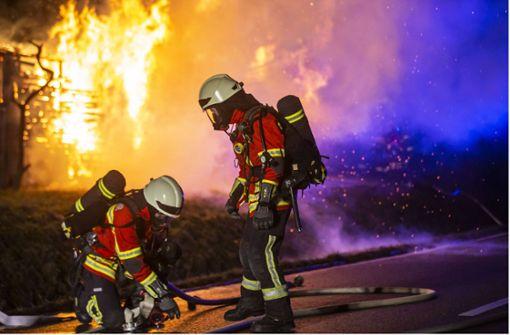 Holzstapel auf den Fildern in Flammen