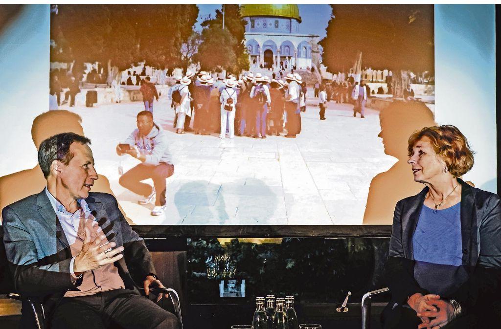 Korrespondentin Inge Günther im Gespräch mit  dem stellvertretenden StZ-Chefredakteur Michael Maurer. Bei der  Veranstaltung im Stuttgarter Pressehaus beteiligten sich auch die  Leser mit ihren Fragen. Foto: Lichtgut/Achim Zweygarth