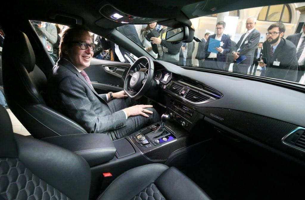 Verkehrsminister Alexander Dobridt, der Großkarierte,  fährt nicht gern zu seiner Schwiegermutter Foto: dpa