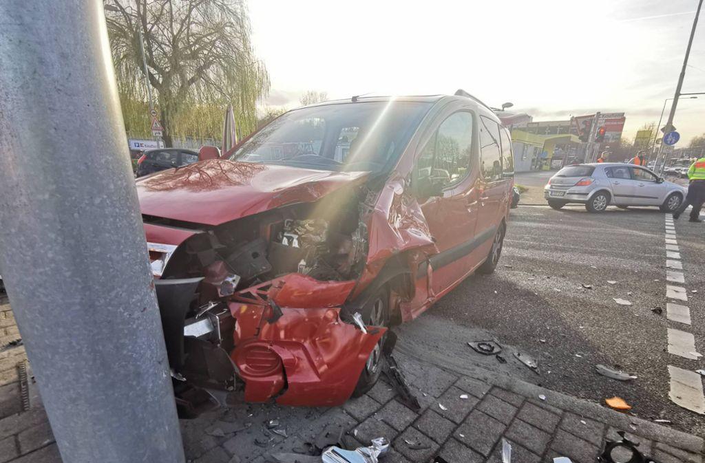 Der Citroen steht mit zerbeulter Motorhaube an der Unfallstelle. Foto: 7aktuell.de/Frank Herlinger