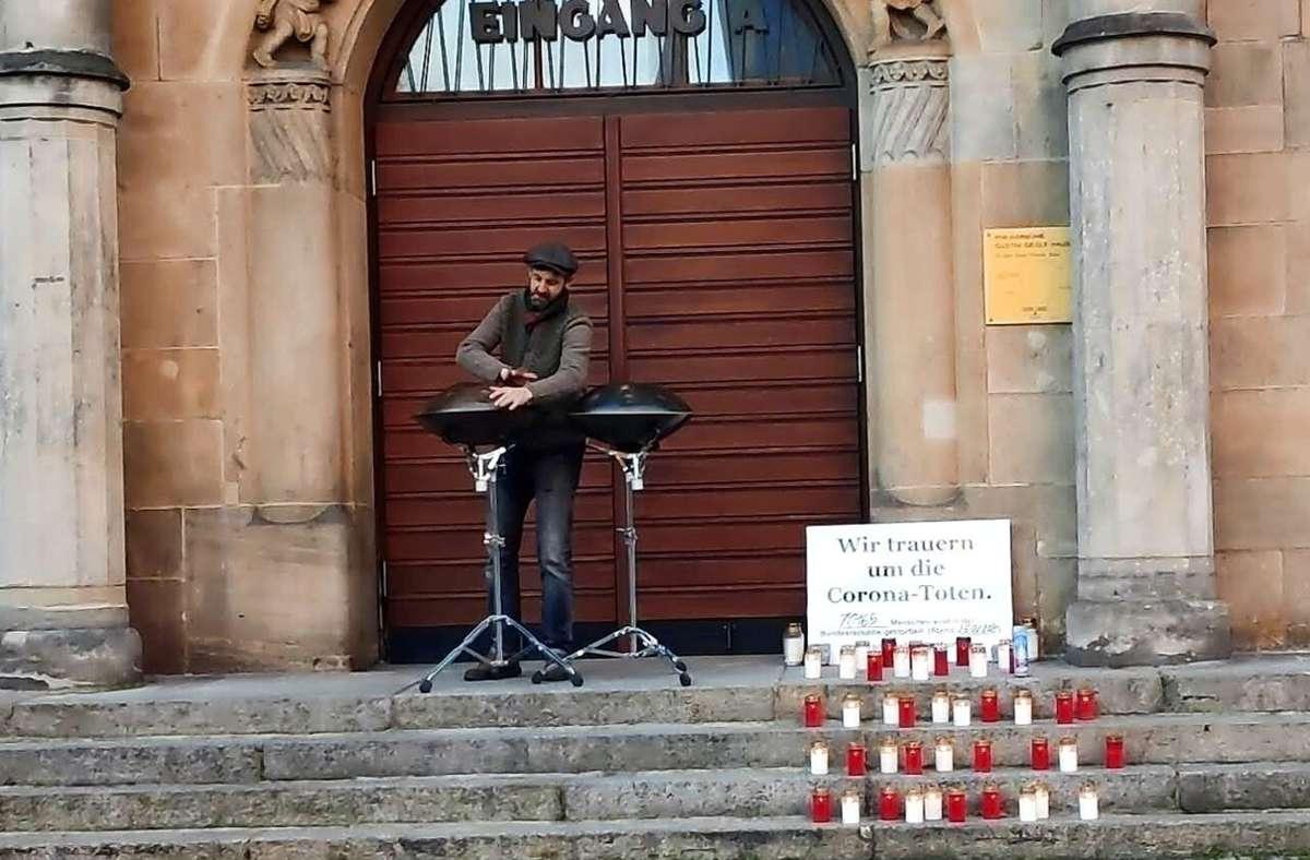 """Der Musiker Marcel Engler tritt bei der Aktion """"Coronatote sichtbar machen"""" am Gustav-Siegle-Haus auf. Mit Musik und Kerzen wird dabei jeden Sonntag den Opfern der Pandemie gedacht. Foto: privat"""