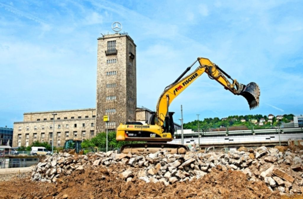 Dass Stuttgart 21 trotz der Mehrkosten weitergebaut wird, ist umstritten. Foto: dpa