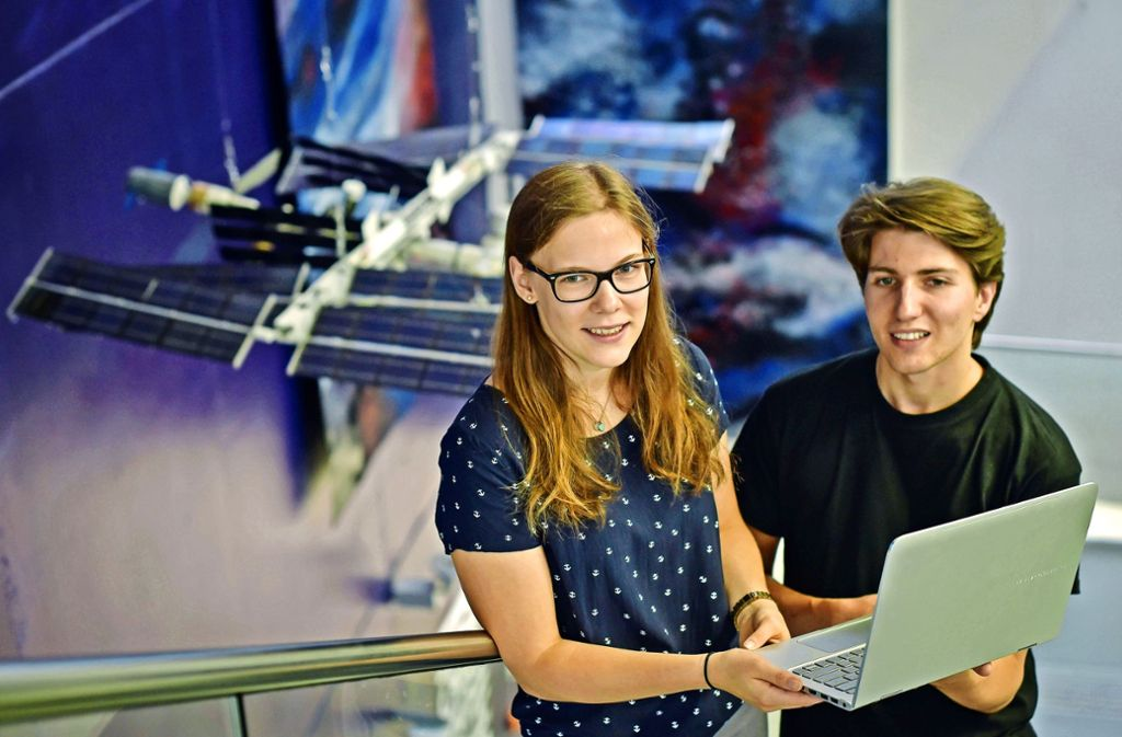 Kira Grunwald und Paul Nehlich halten wegen ihrer Versuchsanordnung auf der ISS Stallwache am Institut für Raumfahrtsysteme. Foto: Lg/Kovalenko