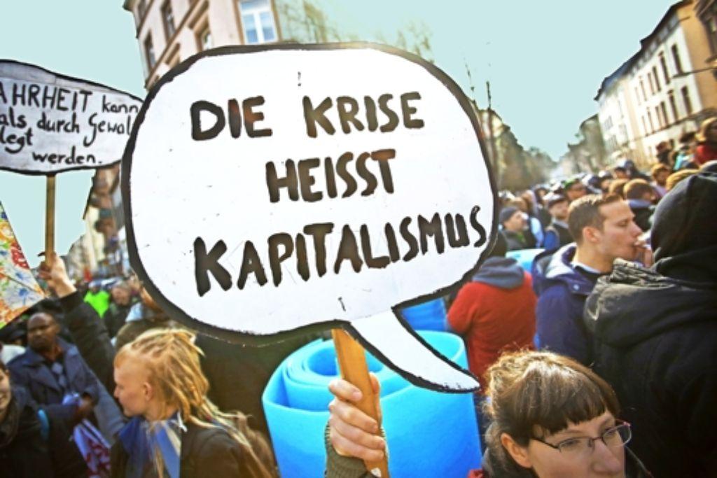 Demonstranten protestieren am Eröffnungstag  des EZB-Neubaus   in Frankfurt gegen die  europäische und globale Finanzpolitik. Foto: dpa