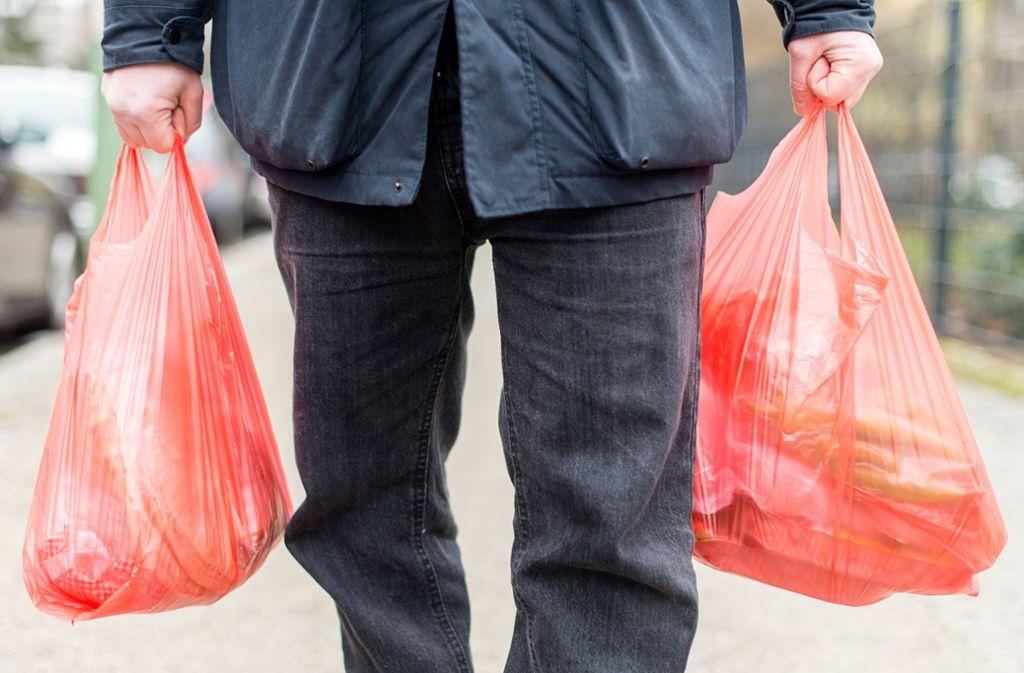 Produzenten von Plastiktüten sollen sich künftig an Reinigungskosten beteiligen. Foto: Sebastian Gollnow/dpa