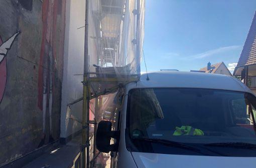 Kastenwagen steckt in Gerüst fest und verursacht Chaos im Parkhaus
