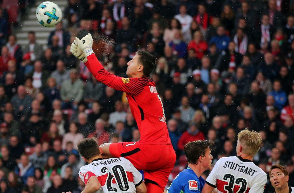 Wolfsburgs Keeper Koen Casteels (oben) trifft VfB-Kapitän Christian Gentner (li.) mit dem Knie am Kopf. In den Augen vieler Beobachter ein klares Foul. Foto: Baumann
