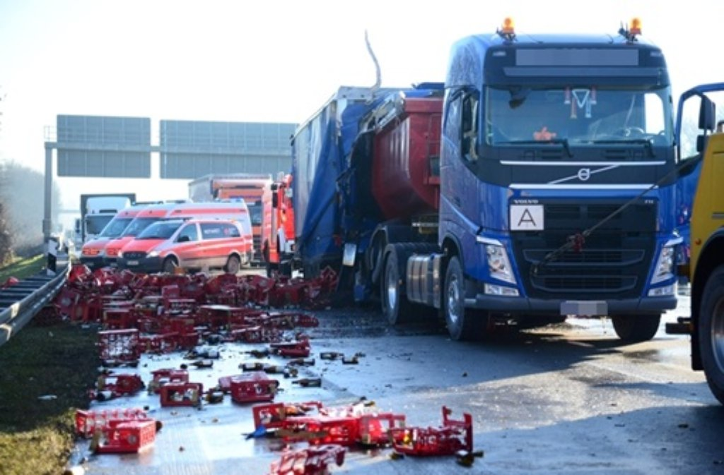 Der Fahrer eines Getränkelasters hat am Montagmorgen auf der A8 bei Wendlingen sein Leben verloren. Foto: FRIEBE|PR/ Sven Friebe