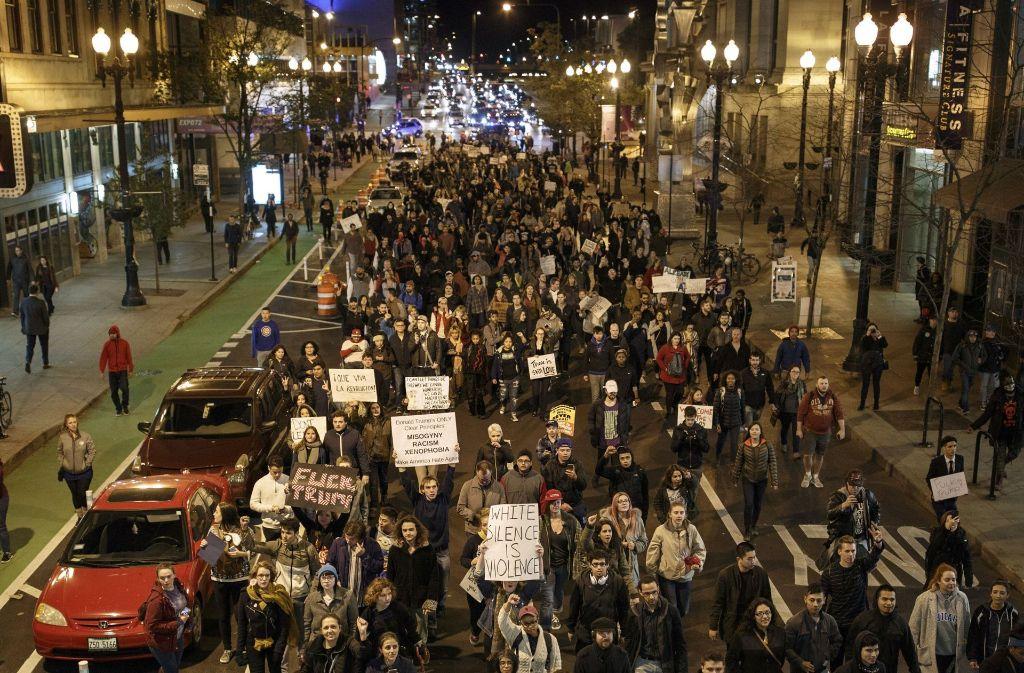 Nach dem Wahlsieg von Donald Trump machen Tausende US-Bürger ihrem Unmut Luft und demonstrieren auf den Straßen gegen ihren neuen Präsidenten. Foto: AFP