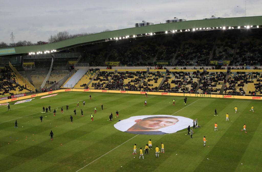 Der FC Nantes dachte beim Spiel gegen Girondins Bordeaux an den verstorbenen Emiliano Sala. Foto: AP/Michel Euler