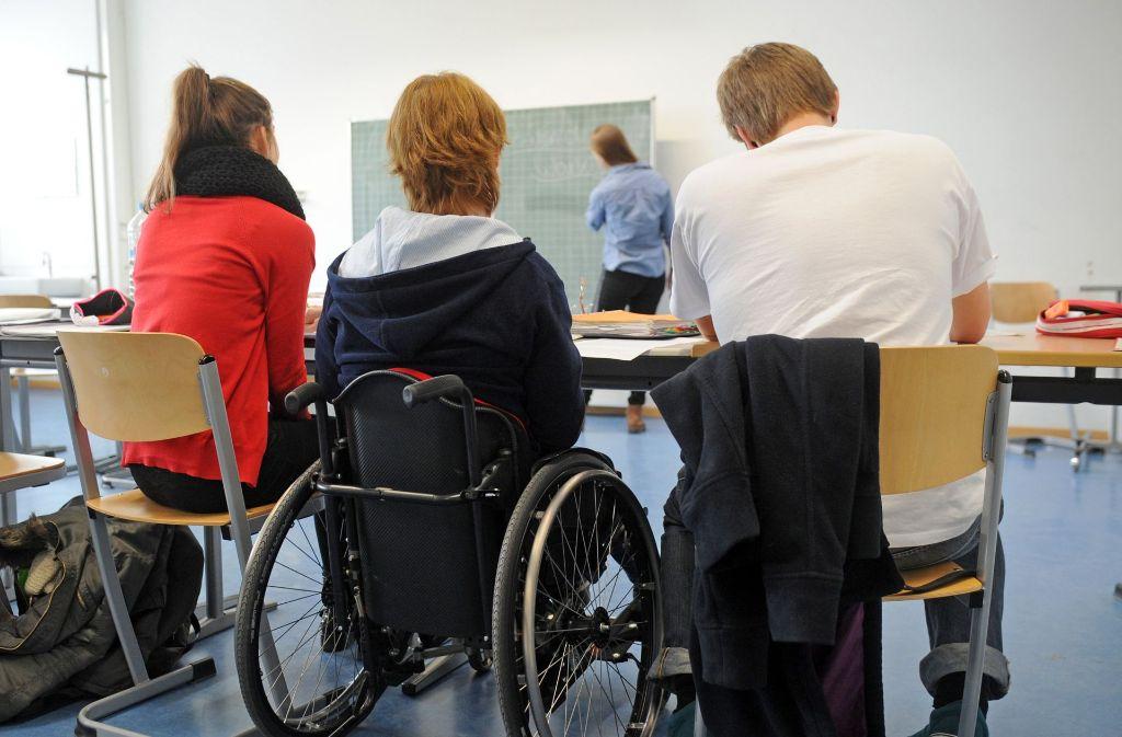 Rollstuhlfahrer sollen zum Bild der Schule gehören, doch über die notwendigen Umbauten gibt es Differenzen. Foto: dpa