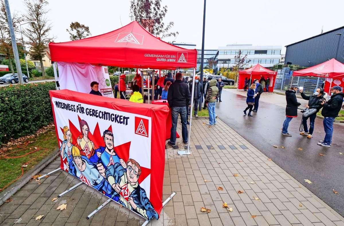 Was plagt die Mann+Hummel-Mitarbeiter? Gewerkschafter versuchen vor den Verhandlungen mit dem Arbeitgeber,  mit Beschäftigten zu reden. Foto: factum/Granville