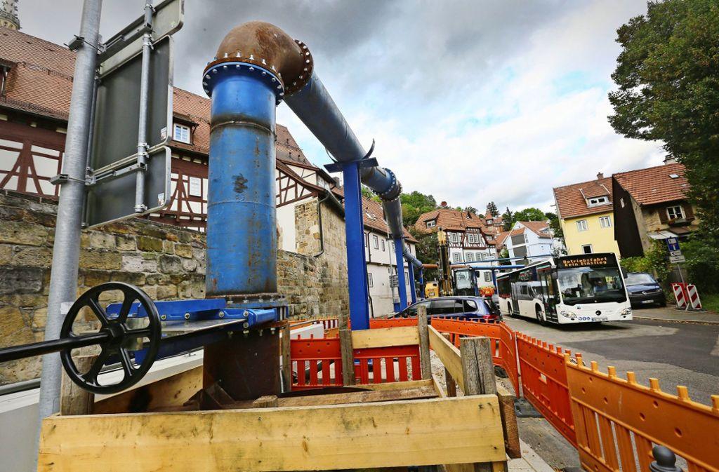 Damit die Arbeiter unter Tage  trocken bleiben,  wird der Geiselbach in diese blaue Pipeline umgeleitet. Foto: Ines Rudel